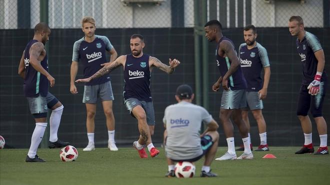 Alcácer, en un entrenamiento del Barça ante la mirada de Valverde.