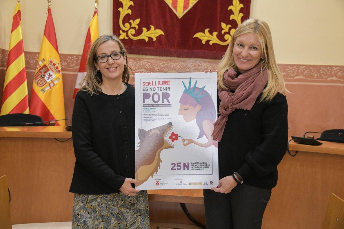 La alcaldesa de Rubí, Ana María Martínez, junto a la concejala de Igualdad, Yolanda Ferrer, con el cartel del 25-N de este año