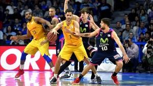 El alero griego del FC Barcelona Lassa Stratos Perperoglou, presionado por el base argentino del Estudiantes Nico Laprovittola.