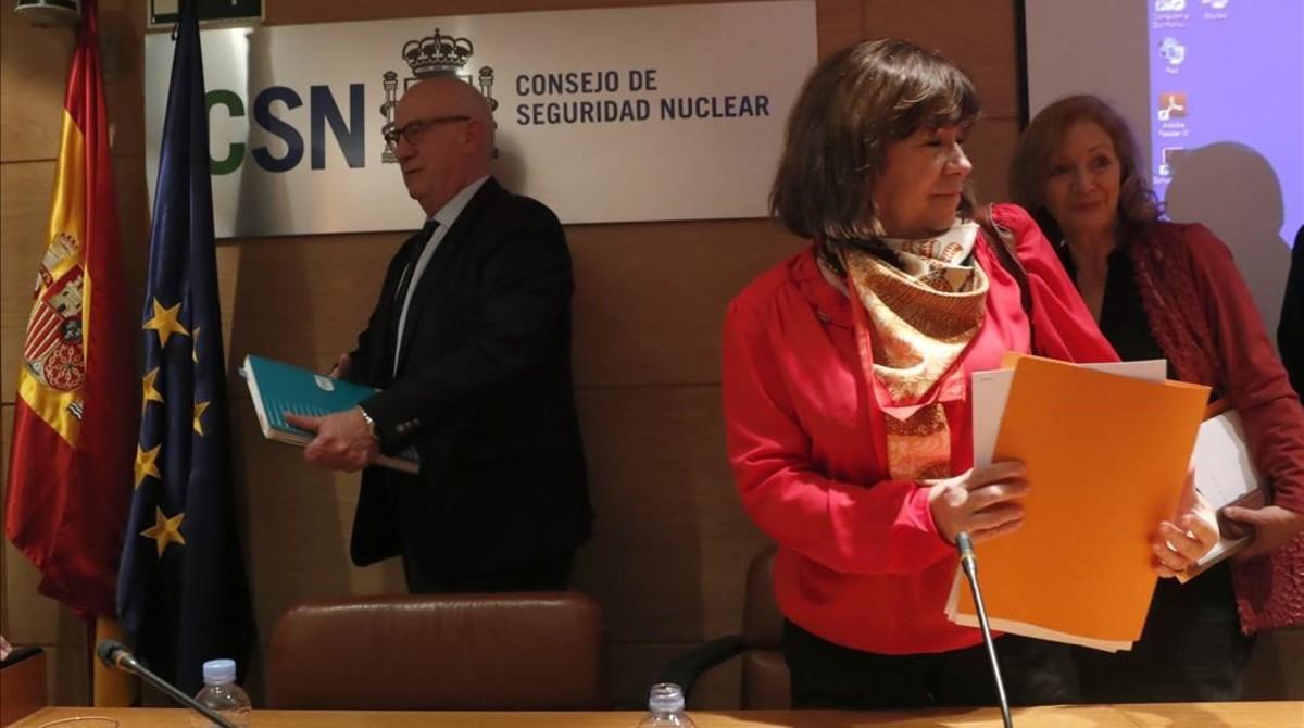 Cristina Narbona y el presidente del CSN, Fernando Martí, durante la presentación del dictamen sobre la prórroga de actividad de la central nuclear deSanta María de Garoña.