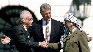 Foto del 13 de septiembre de 1993, en la que aparecen en la Casa Blanca el entonces presidente de EEUU, Bill Clinton, junto IsaabRabinyYasser Arafat.