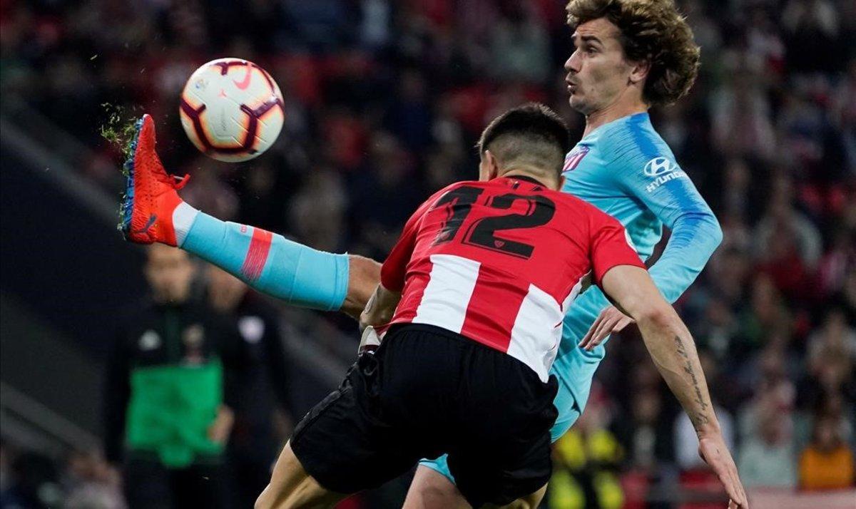 Antoine Griezmann controla un balón ante el acoso de Yuri Berchiche en el Athletic-Atlético de este sábado.