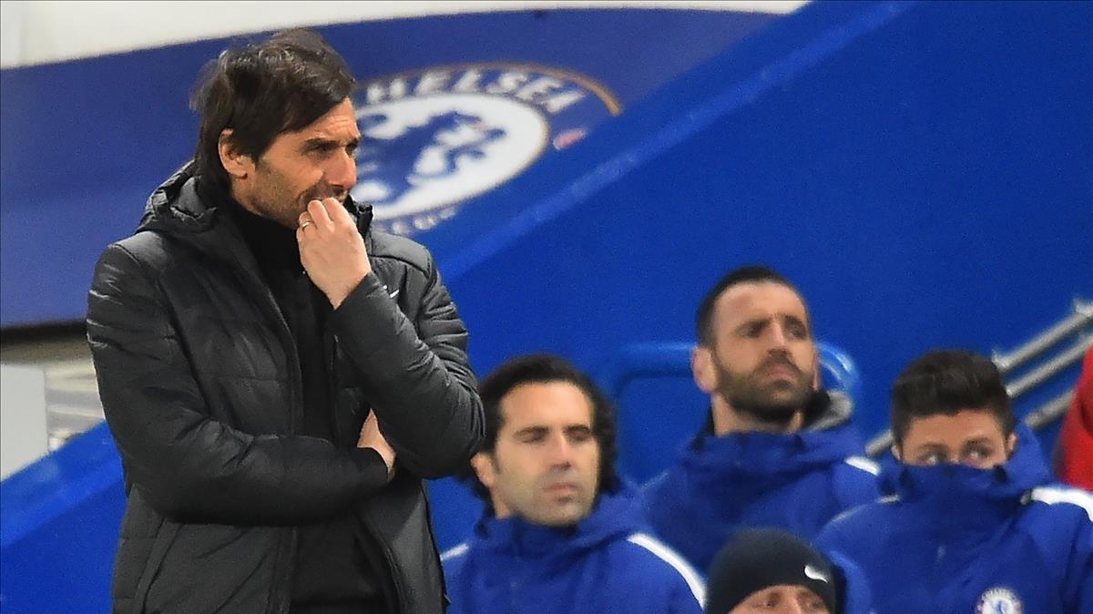 Antonio Conte sufre en el banquillo del Chelsea.
