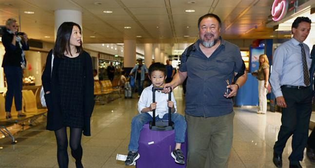 El artista y crítico del régimen chino, Ai Weiwei, con su hijo, Ai Lao, y su pareja, Wang Fen , a su llegada al aeropuerto de Múnich, este jueves.