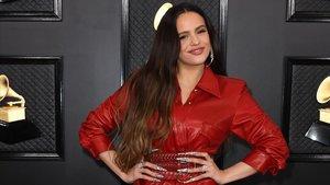 La cantante Rosalía posa en la ceremonia de los Grammy.