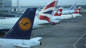 Un avión de Lufthansa (en primer término) y, a su lado, uno de British Airways.