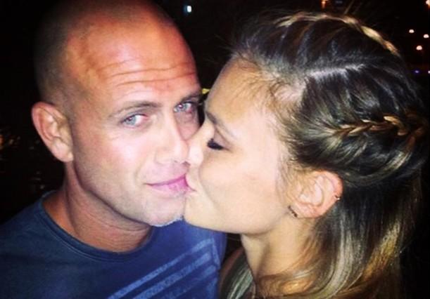 Bar Refaeli besa a su marido, el empresario israelí Adi Ezra.