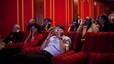 Michelle y Barack Obama miran un 3-D publicitario durante la 'Super Bowl' con familiares y amigos, el 1 de febero del 2009.