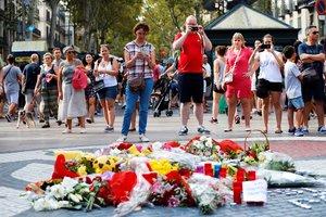 Ramos de flores y objetos depositados, en el 2018,en el mural de Miróde la Rambla en recuerdo de las víctimas de los atentados.