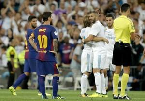 Benzema es felicitado por su gol, con Messi como testigo.