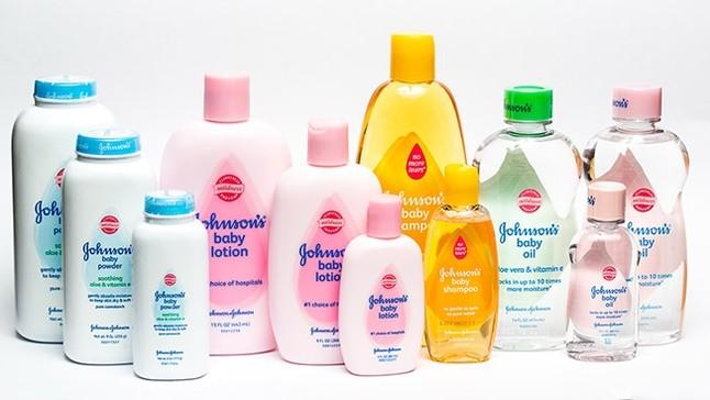 Bodegón de productos de higiene de la marca Johnson & Johnson.