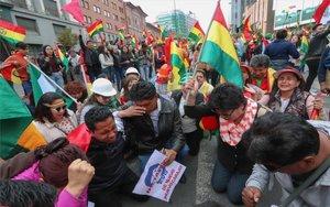 Ciudadanos en Bolivia celebran la renuncia de Evo Morales.