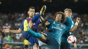 Busquets se anticipa a Marcelo en una acción del partido.