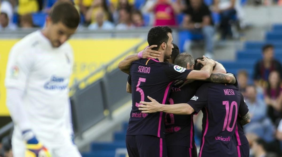 Busquets celebra uno de los goles del Barça con sus compañeros en el estadio Gran Canaria.