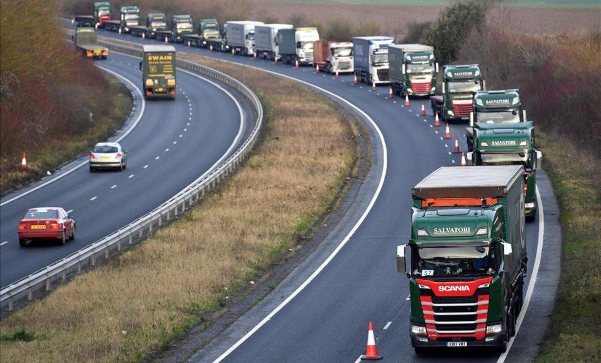 Camiones circulan en dirección a Dover durante el ensayo de circulación del Reino Unido.
