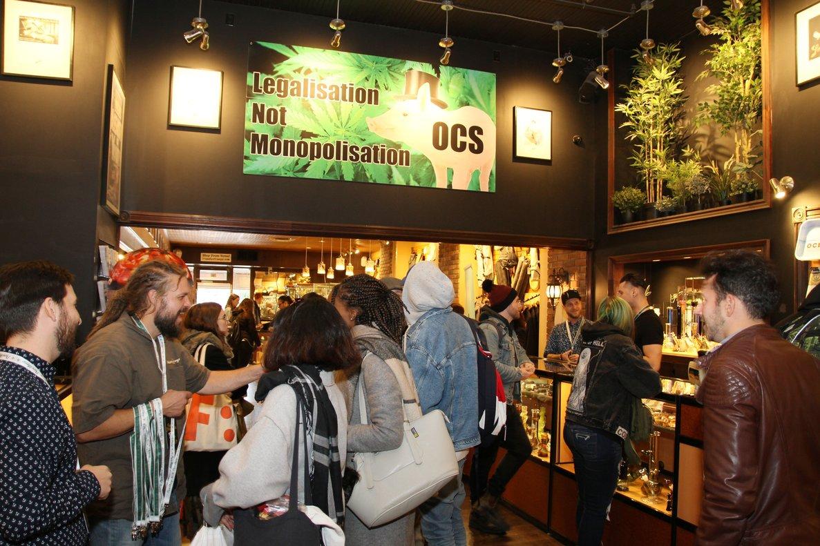 TORONTOCANADAÂDecenas de personas visitan una tienda de venta de productos y accesorios para el consumo de marihuana durante el primer dia de la legalizacion EFE Osvaldo Ponce