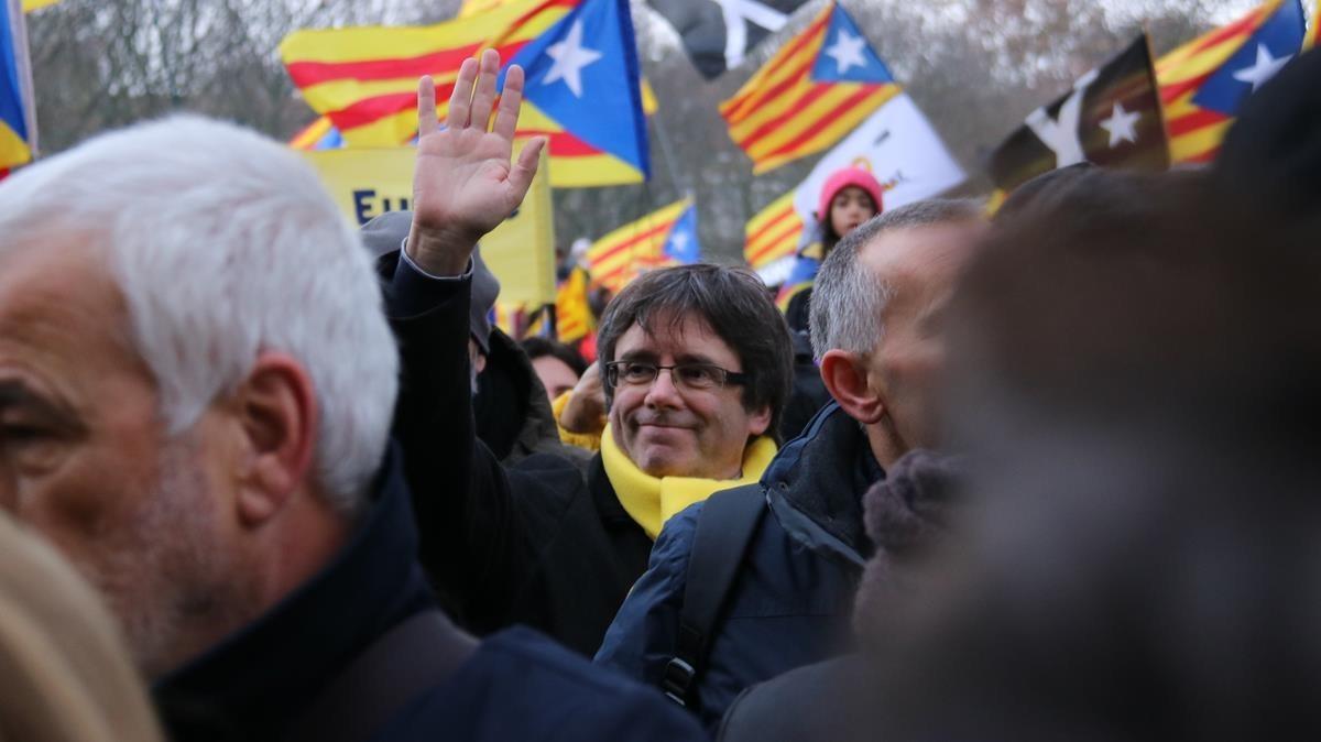 Carles Puigdemont saluda a los manifestantes en el Parque del Cincuenterario.