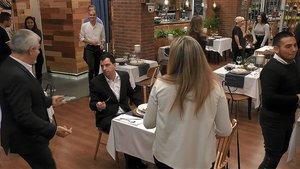 Carlos Sobera junto a Antonio y Natalia en 'First Dates'.