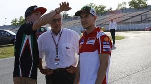 Carmelo Ezpeleta, en el centro, conversa con Aleix Espargaró, a la izquierda, y Jorge Lorenzo, en el lugar donde se encontraba la nueva chicane del Circuit.