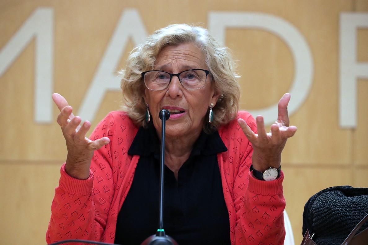 GRAF9435 MADRID, 10/9/2018.- La alcaldesa de Madrid, Manuela Carmena durante de la rueda de prensa que ha ofrecido hoy en el Palacio de Cibeles para anunciar formalmente que opta a la reelección y que lo hará en una plataforma que -ha dicho- no creará ella sino todo Madrid.Carmena ha asegurado que ha aceptado ser candidata ante la insistencia de sus ediles, jóvenes llenos de vida que le han hecho ver que su proyecto está por concluir y que para ello era necesario que ella siguiese liderando el equipo EFE/Zipi.