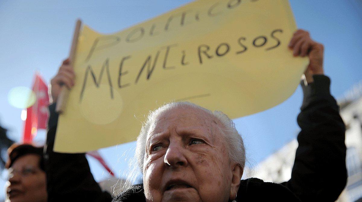 Cartel contra la clase política, en una manifestación ante el Congreso para reclamar pensiones dignas, en el 2018.