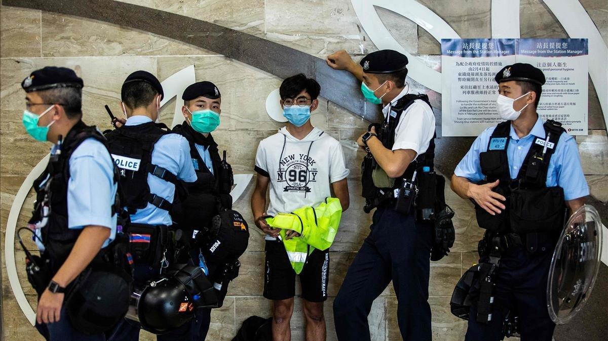 La policía retiene a un joven durante una protesta pro-democrática organizada en un centro comercial deHong Kong el pasado 6 de mayo.