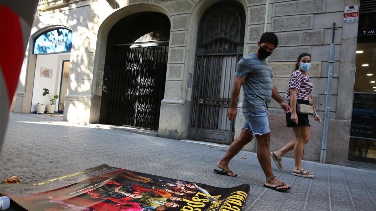 Cierran los cines Meliesfachada sin rotulos y con un cartel en el suelo de la película 'Puñales por la espalda'