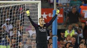 Cillessen celebra el gol del Barça ante el Alavés el día de su debut.