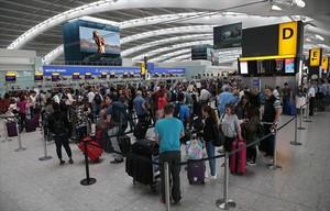Colas de pasajeros originadas por el fallo informático, en la terminal 5 del aeropuerto inglés de Heathrow, ayer.