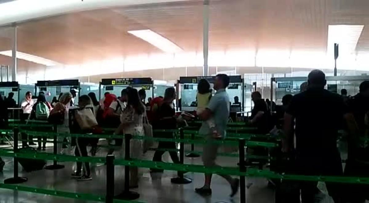 Acceso fluido a las cabinas de pasaportes de laT-1 del aeropuerto del Prat de Llobregat, esta mañana.