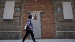 Calle SantPau, 34, el hotel Peninsular, tapiado mientras dure la pandemia.