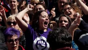Concentracion feminista contra el fallo judicial de La Manada en la Puerta del Sol coincidiendo con el acto conmemorativo de la Fiesta del 2 de Mayo.