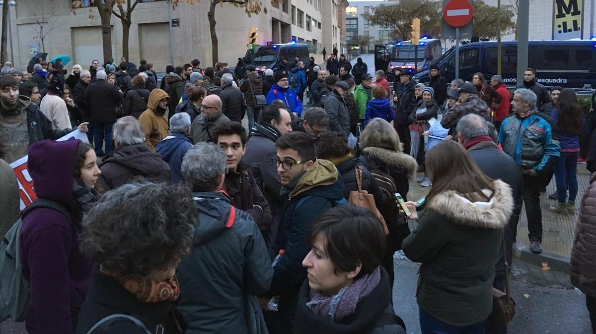 Concentración en las inmediaciones del Museu de Lleida.