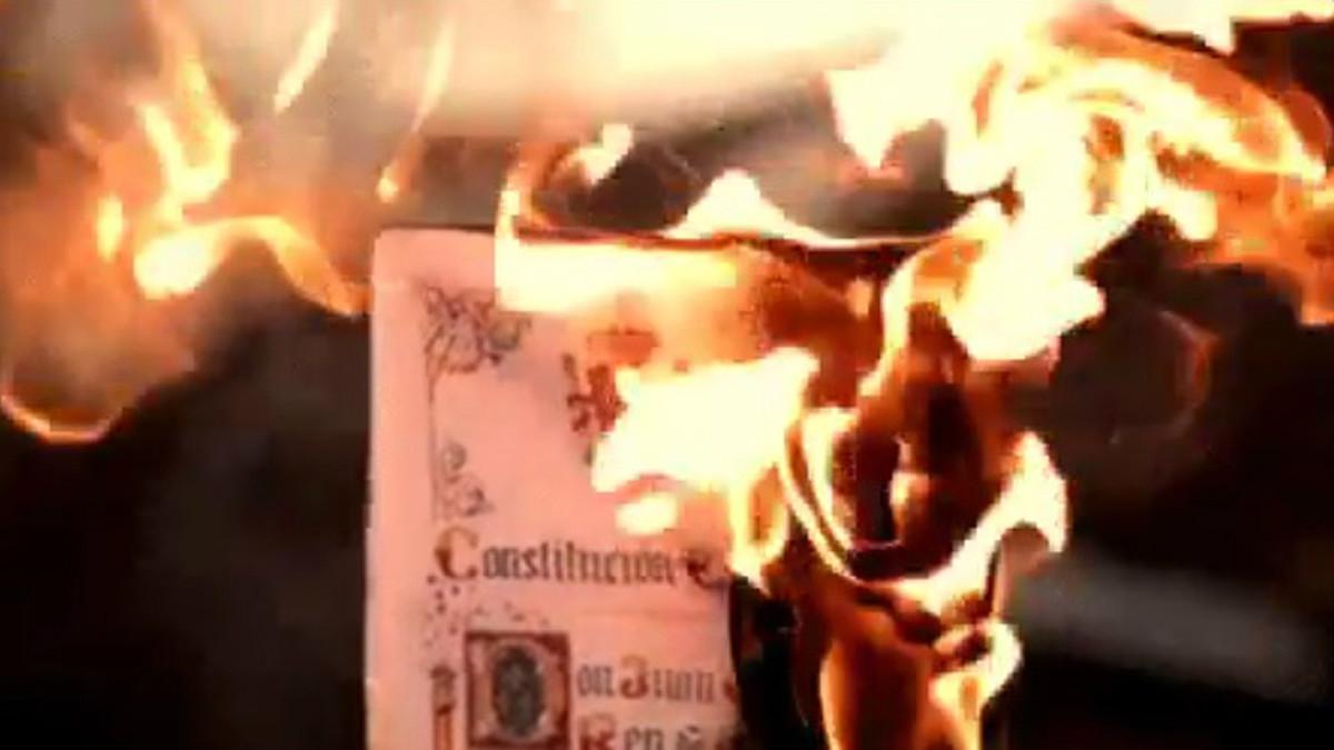 Imagen del tuit de Arran en la que se quema una Constitución española.