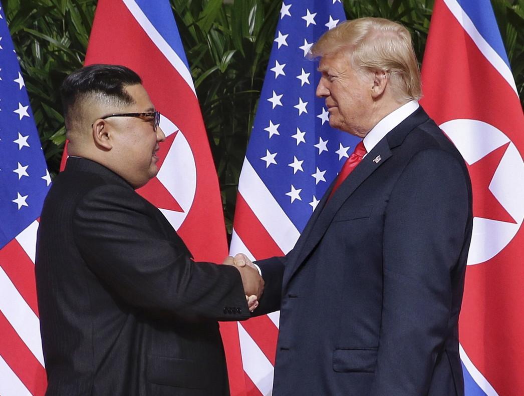 ST01. SINGAPUR (SINGAPUR), 12/06/2018.- El presidente de los Estados Unidos, Donald J. Trump (d), y el líder norcoreano, Kim Jong-un (i), se dan la mano al comienzo de una cumbre histórica hoy, martes 12 de junio de 2018, en el hotel Capella en la isla de Sentosa (Singapur). Trump y Kim Jong-un se dieron un apretón de manos al inicio hoy de su histórica cumbre en Singapur, la primera de la historia entre los dos países. EFE/KEVIN LIM/THE STRAITS TIMES/SPH/SOLO USO EDITORIAL