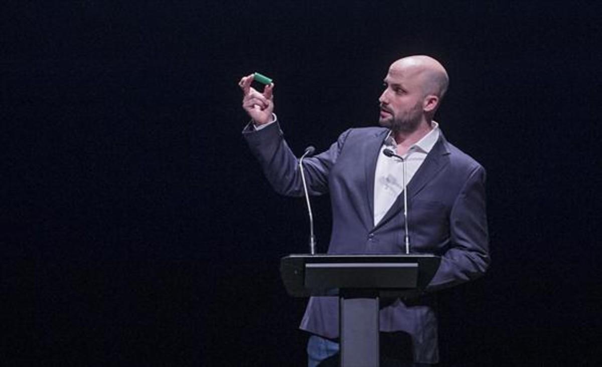 Denuncia 8Jordi Graupera muestra, ayer, un casquillo de pelota de goma de la policía española del 1-0.