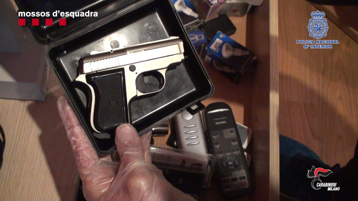 Un arma encontrada en la vivienda de uno de los atracadores detenidos.