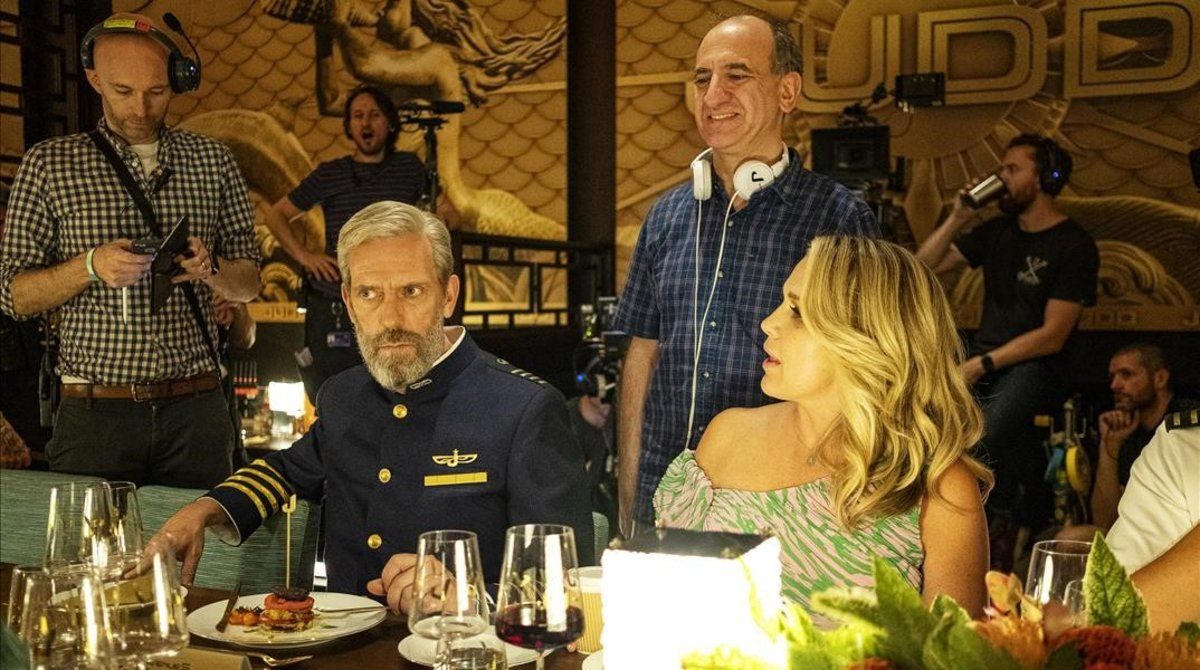 El director Armando Ianucci, en el centro con camisa azul, en set de rodaje de 'Avenue 5', con Hugh Laurie.