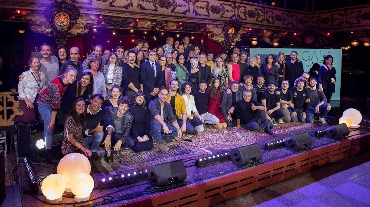 Los artistas implicados en el disco de 'La Marató' posan en La Paloma, tras la gala.