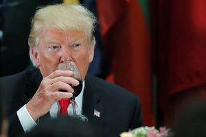 El presidente de Estados Unidos, Donald Trump, bebe de su copa durante una cena en la ONU.