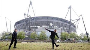 Dos chicos juegan en los aledaños del Etihad Stadium, la sede del Manchester City,