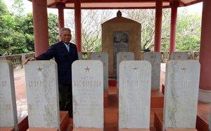 Duong Van Dau, responsable de cuidar el cementerio de las tumbas vacías de Hanói.