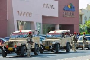 El Ejército vigila uno de los hoteles atacados en Hurgada, Egipto.