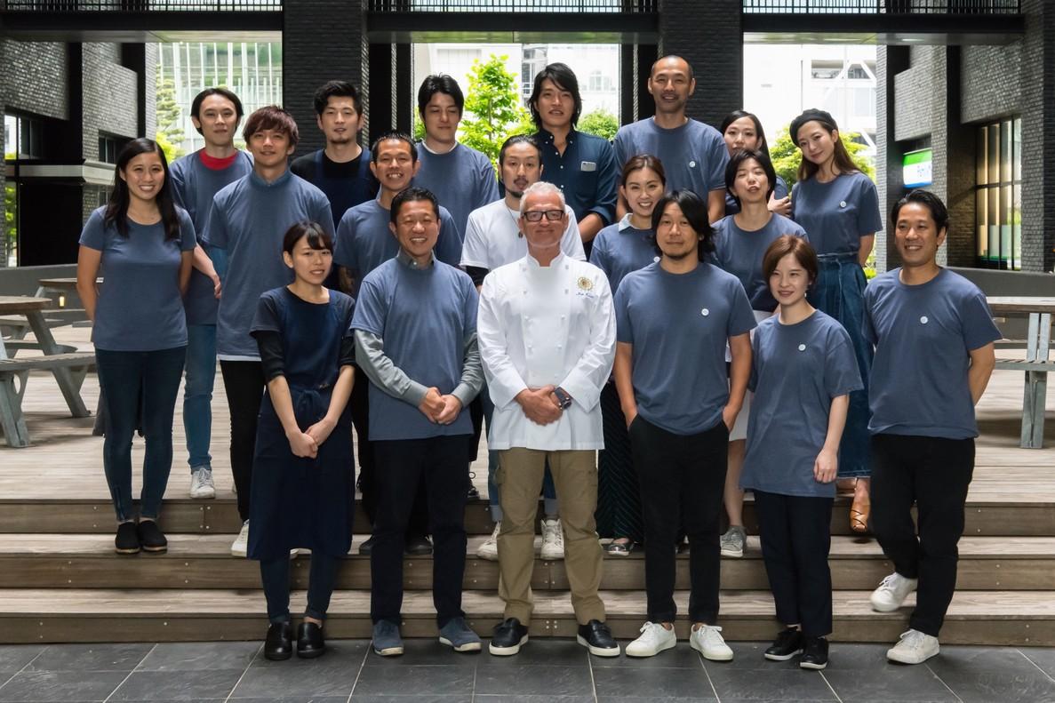 Escribà junto a Nakamura y el equipo de El Xiringuito Tokio.