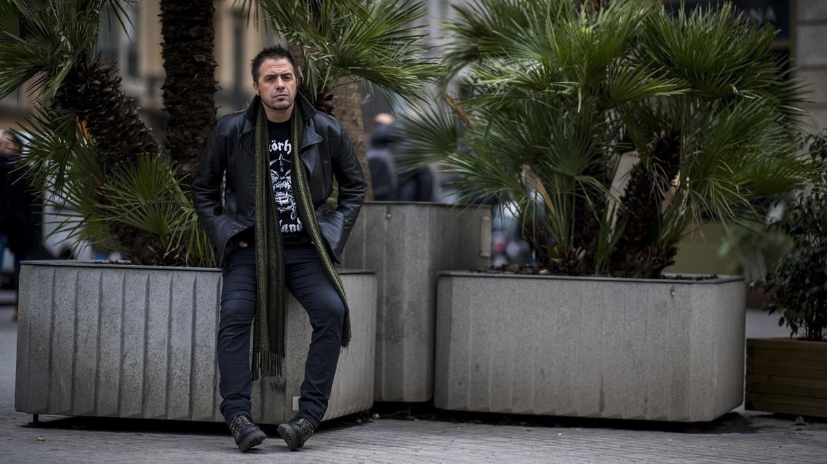 El escritor argentino Kike Ferrari, autor de Que de lejos parecen moscas, este viernes en Barcelona.