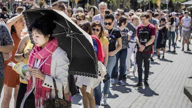 La llegada de turistas cayó en julio en España y Catalunya sigue como primer destino de visitantes extranjeros.