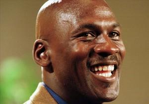 La estrella de la NBA Michael Jordan posa sonriente instantes antes del inicio de una gala.