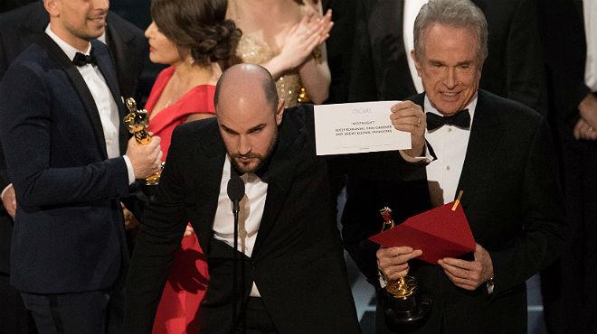 El productor de La La LandJordan Horowitz muestra la tarjeta que dice que Moonlight es la ganadora, ante la mirada de Warren Beatty.
