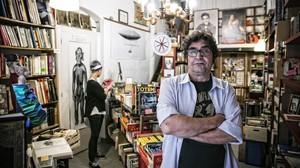 Txiqui Navarro, de 57 años, en la Llibreria Lluna, que cerró el año pasado.