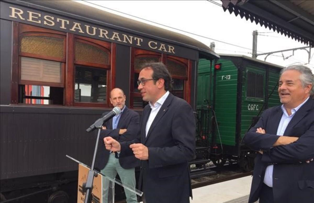 El conseller JosepRull, en el centro, yEnric Tico, presidente de Ferrocarrils Catalans, a la derecha, en la inauguración del tren restaurante que viaja desde Sant Boi a Monistrol.